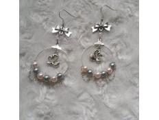 Boucles d'oreilles argentées, roses et grises